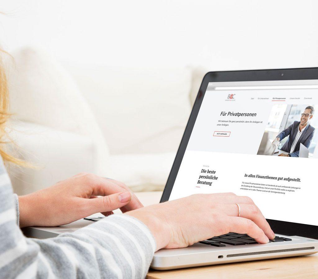 Frau bedient Laptop, auf dem die Bangert und College Webseite zu sehen ist