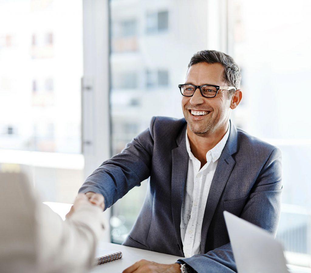 Business-Mann schüttelt einem Mandanten die Hand